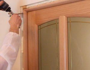 Установка доборов и наличников на входную дверь